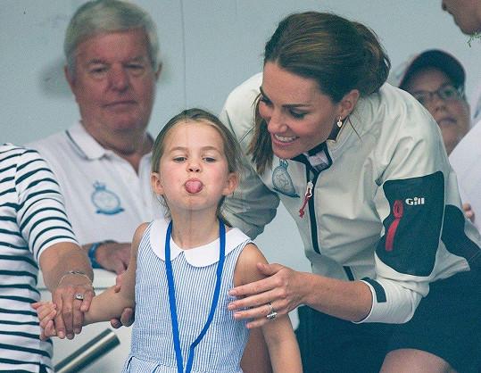 Kate se evidentně snažila dcerku nasměrovat, kam má mávat.