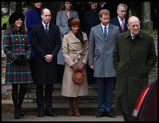 William, Kate, Harry, Meghan a další členové rodiny o Vánocích 2017, kdy byl pořízený slavný snímek.