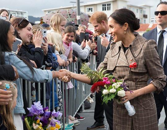 Meghan od jedné malé fanynky dostala růži, kterou si připla na kabát pod symbol vlčího máku.