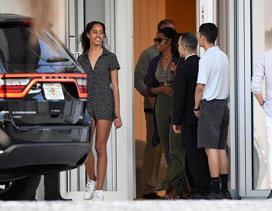 Na tomto snímku je krásná Malia s máti zachycena, jak opouštějí o den dřív hotelovou restauraci.