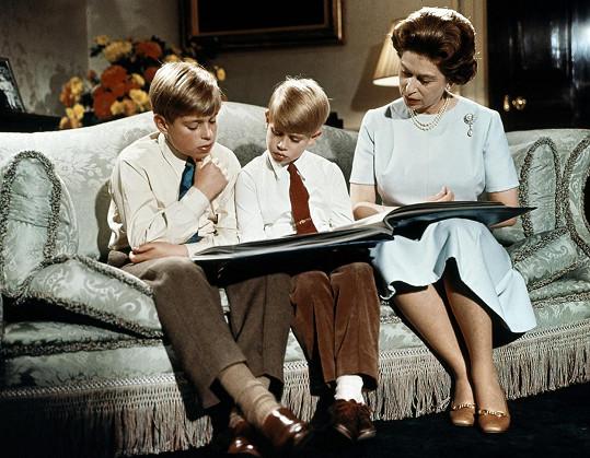 Královna Alžběta II. se syny Andrewem a Edwardem v prosinci 1971