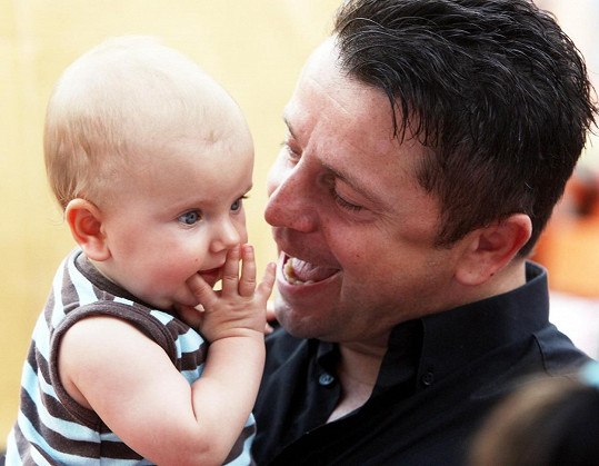 S malou dcerou trávil každou volnou chvilku.