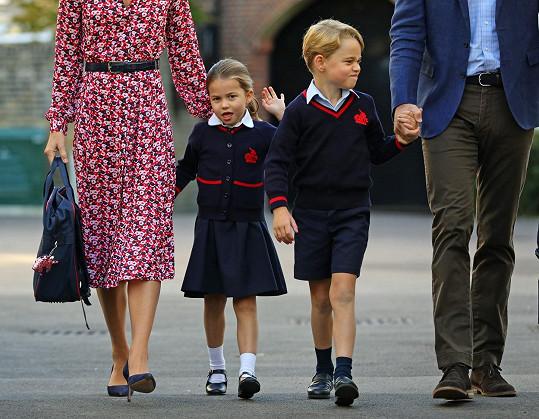 Princezna překonala stud a zamávala fotografům.