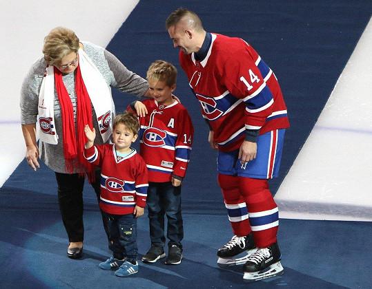 Tomáš Plekanec se svými syny a jejich babičkou