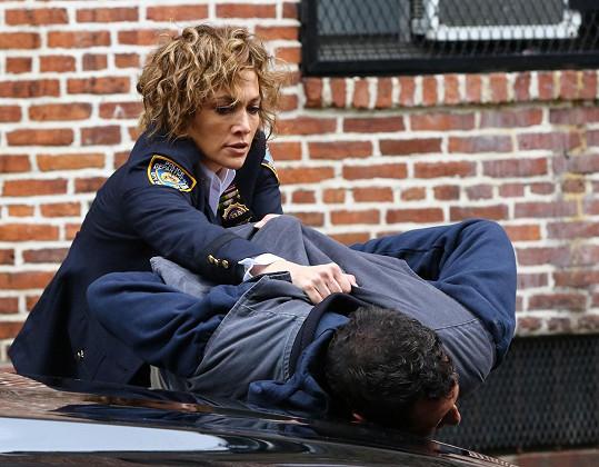Jennifer Lopez v roli policistky v seriálu Shadows of Blue