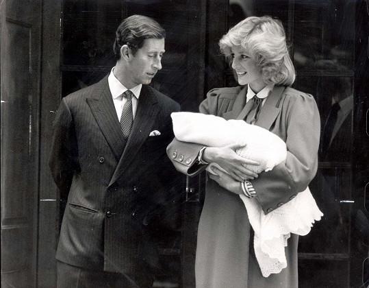 Diana oznámila druhé těhotenství v téměř stejné datum. Na snímku s Charlesem po narození Harryho