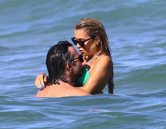V Saint Tropez si užívá se snoubencem Niclasem Castellem.