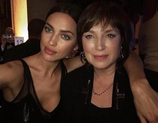 Irina Shayk s maminkou Olgou na večírku