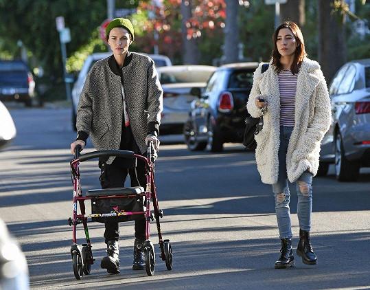 Velkou oporou je Ruby Rose přítelkyně Jessica, která s ní dochází i na zmíněné rehabilitace.