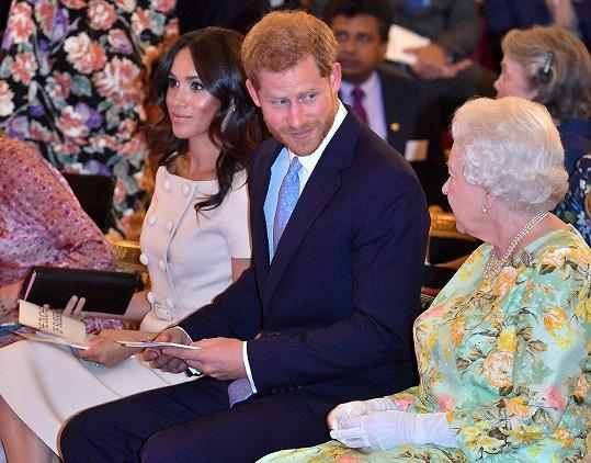 Meghan a Harry se na veřejnosti dotýkat nesmí.