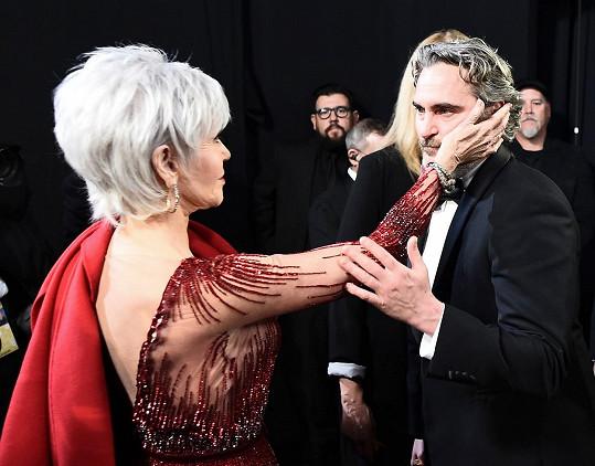 Nyní už je má šedé a zvolila i krátký účes. Takhle láskyplně se v zákulisí Oscarů zdravila s Joaquinem Phoenixem, který získal Oscara za nejlepší herecký výkon v hlavní roli.