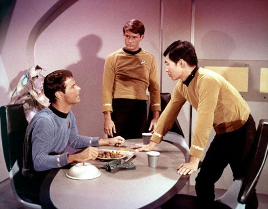 Bruce Hyde (uprostřed) si zahrál ve dvou epizodách Star Treku.