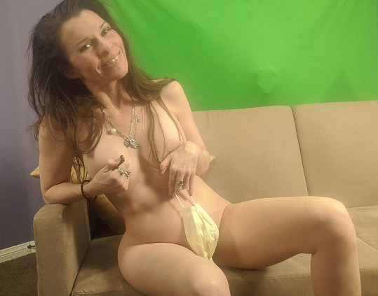 Alicia Arden si doma hrála s rouškou.