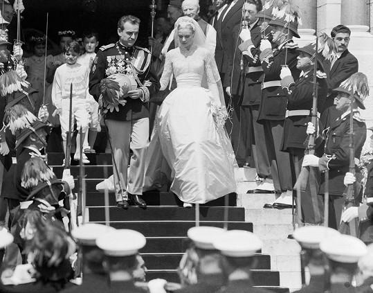 S knížetem Rainierem III. opuštějí katedrálu v Monaku (1956).