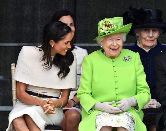 Meghan se snažila plnit povinnosti, jak nejlépe uměla. Takhle s královnou štěbetala při jedné z oficiálních akcí.