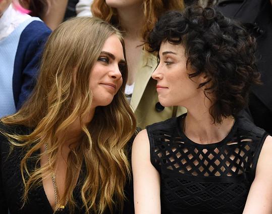 Cara Delevingne a zpěvačka St. Vincent jsou zamilované až po uši.