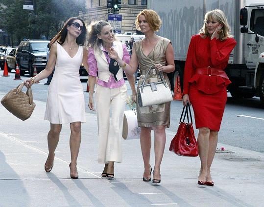Kim Cattrall (vpravo) v seriálu Sex ve městě