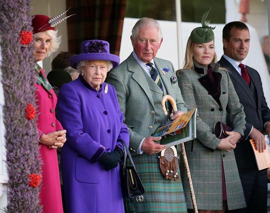 Peter Phillips (vpravo) s manželkou Autumn, princem Charlesem, královnou Ažbětou II. a vévodkyní Camillou