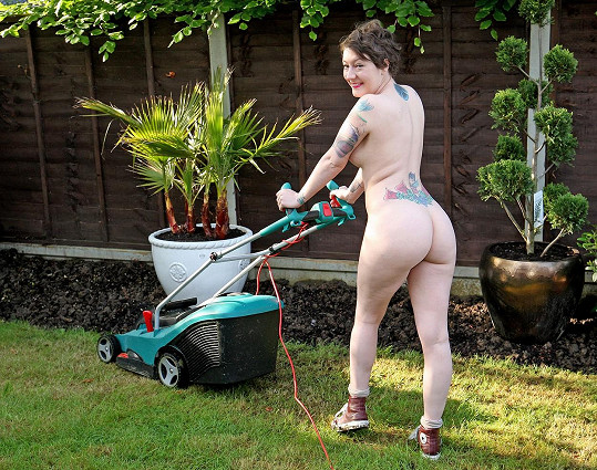 Takto oslavuje Světový den nahých zahrádkářů Pippa-Lily, sedmadvacetiletá studentka z Benfleetu v Essexu.