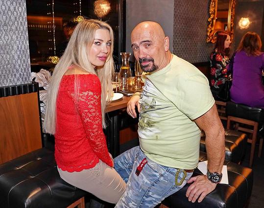 Čestmír Řanda ml. s přítelkyní, jejíž dcera ho našla doma bez známek života.