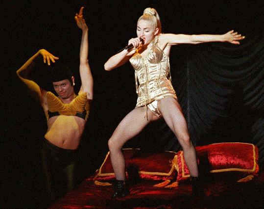 Madonna se lascivními kostýmy proslavila. Snímek z Japonska roku 1990.
