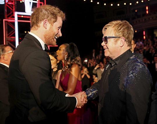 Harry a Elton se setkají na svatbě.