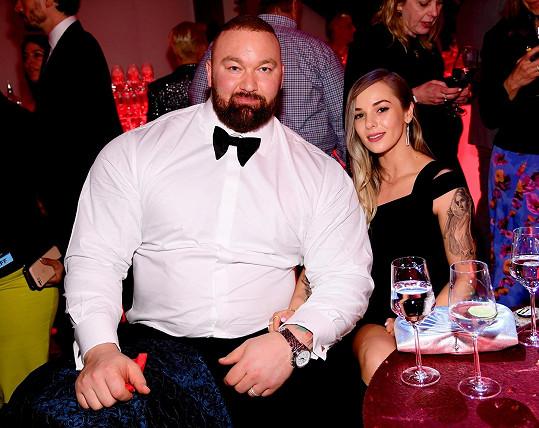 Hafþór Júlíus Björnsson s manželkou Kelsey Henson čekají první dítě.