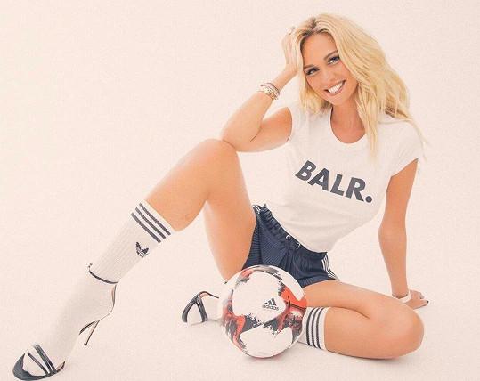 Victoria Lopyreva má k fotbalu blízko a láká do Ruska všechny fanoušky.
