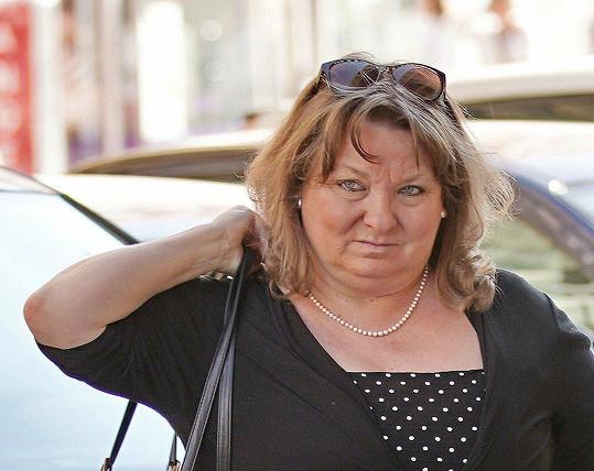 Martina Hudečková byla fotografy zvěčněna na cestě do divadla.