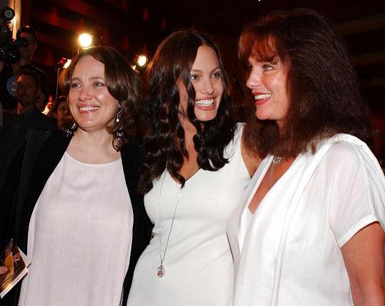 Angelina (uprostřed) s maminkou (vlevo) a kmotrou, herečkou Jacqueline Bisset