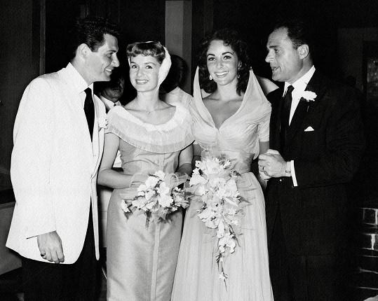 Zleva: Eddie Fisher, Debbie Reynolds, Elizabeth Taylor a Mike Todd na svatbě Taylor a Todda, Debbie šla Elizabeth za svědkyni.