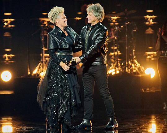 Zpěvačce ji předal Jon Bon Jovi.