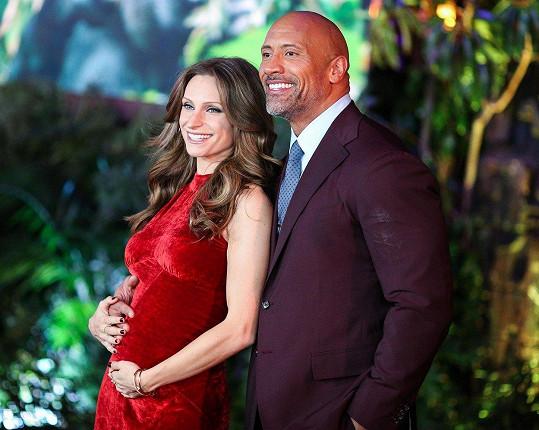 Dwayne Johnson se pochlubil těhotnou manželkou.