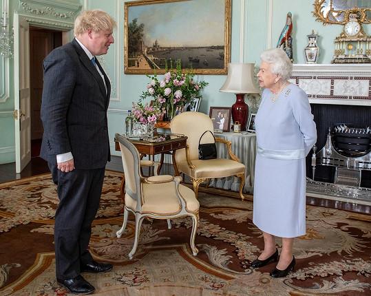 Oblíbenou modrou oblékla také na setkání s premiérem Borisem Johnsonem.