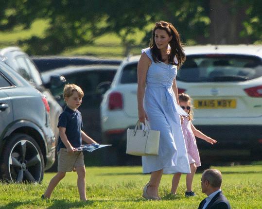 Kate v šatech z konfekce na charitativním pólu. Zatímco její manžel William hrál, ona si hrála s dětmi.