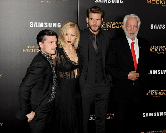 Josh Hutcherson, Jennifer Lawrence, Liam Hemsworth a Donald Sutherland na premiéře filmu Hunger Games: Síla vzdoru 2. část