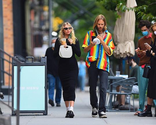 Krátce po oznámení modelku s partnerem zachytili v ulicích New Yorku.
