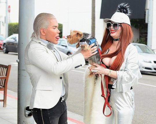 Živý Ken Rodrigo Alves a Phoebe Price pózují pro publikaci o nejznámějších hvězdách reality show.