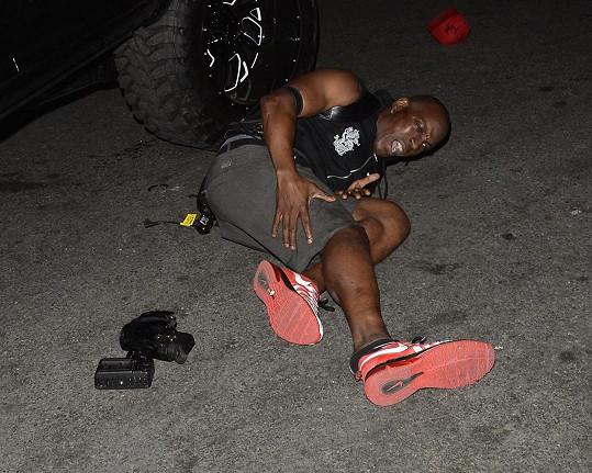 Muž po incidentu zůstal ležet zraněný na zemi.
