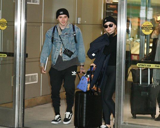 Pár dní starý snímek je zachycuje, když přistáli na letišti JFK v New Yorku.
