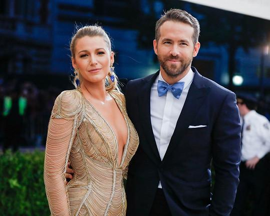 Blake Lively a Ryan Reynolds neukazují své dcery, u třetí zatím neprozradili ani jméno.