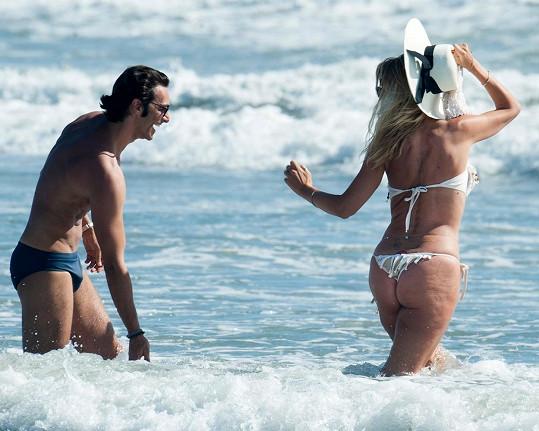 Stárnoucí herečka přesto na pláži skotačila v odvážných plavečkách.