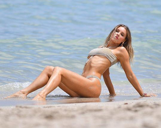Takhle svůdně pózovala na pláži v Miami.