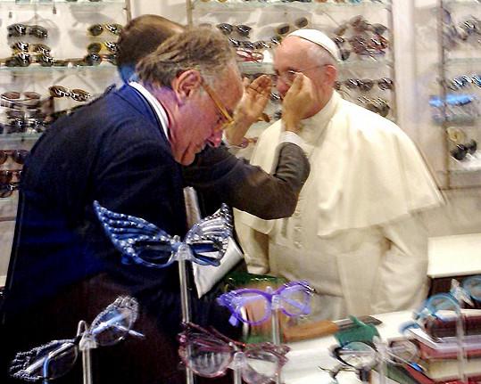 Papeži s výběrem pomáhal majitel optiky.