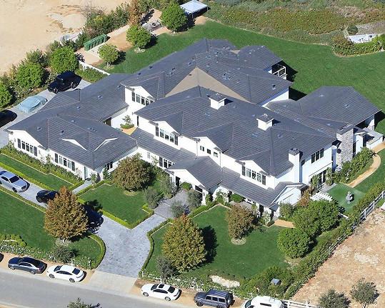 Do tohoto sídla Stormi přinesli z porodnice. Má hodnotu zhruba 12 miliónů dolarů.
