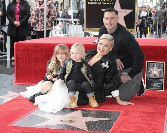 S manželem Careym Hartem má dvouletého syna Jamesona a sedmiletou dceru Willow.