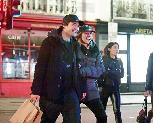 Robert Pattinson a Suki Waterhouse už údajně diskutovali o zásnubách.