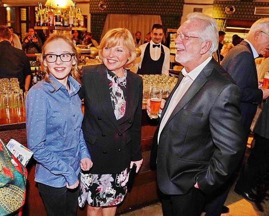 Jaromír Hanzlík s partnerkou Lenkou a vnučkou Veronikou (vlevo)