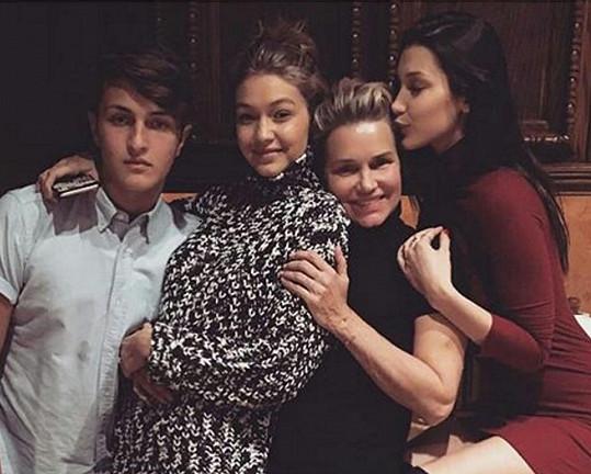 Bývalá modelka Yolanda Foster se svými dětmi