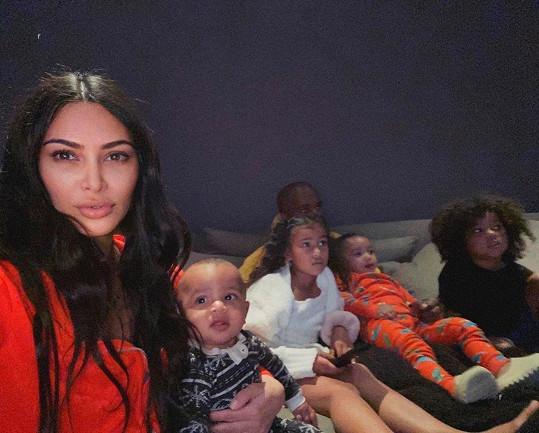 Kim Kardashian se snaží děti v karanténě zabavit, jak to jde.